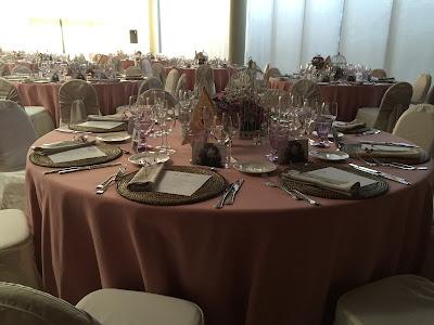 Decoración de mesas en un banquete con manteles en rosa empolvado