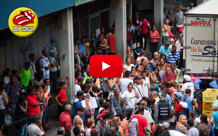 Avalancha de gente para comprar sardinas a 10.000 Bs