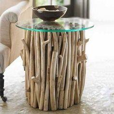 criado-mudo com galhos secos