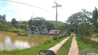 Uma lagoa na entrada da pousada.