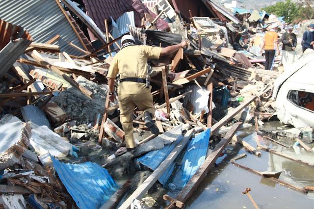 Patut di Contoh, Pemimpin yang Satu ini Terjun Langsung Evakuasi Warganya di area Gempa dan Tsunami Palu