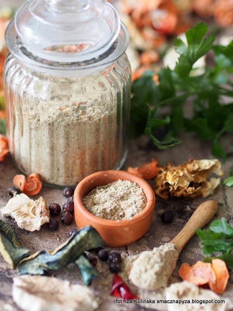 domowa wegeta z grzybami, przyprawa do zup i sosow, grzyby i warzywa suszone, mieszanka przyprawowa domowa, jarzynka z grzybkami, wegeta z grzybami, vegeta o smaku grzybowym, domowe przetwory, smaczna pyza, jak zrobic domowa przyprawe jarzynowo grzybowa