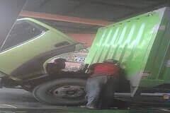 Driver sedang ganti oli