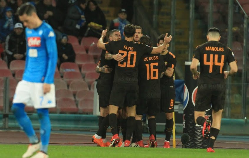 Clamorosa vittoria della Roma a Napoli: 2-4 con doppietta di Dzeko, Juve a -1 in classifica