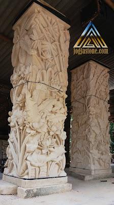 Pilar teras rumah motif pemandangan dibuat dari batu putih / batu jogja