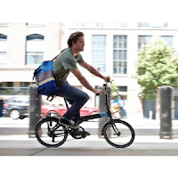 Drumuri prin oras pe o bicicleta pliabila