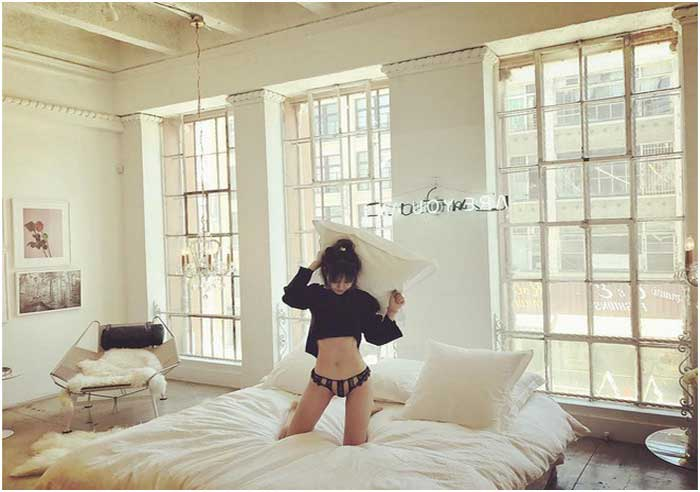 Bild Weißes Schlafzimmer Ideen Betten Ohne Kopfteil Stehende Auf Dem  Holzboden Sieht Coole