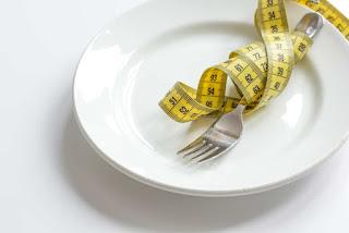 5 Diet Penurunan Berat Badan yang Paling Berbahaya - Hello Sehat, Menurunkan Berat Badan Dengan Cara Ini Berbahaya, Lho!, 15 Jenis Diet Berbahaya yang Jarang Diketahui Masyarakat