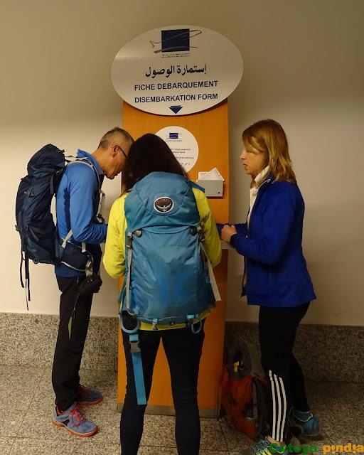 Rellenando la ficha de entrada a Marruecos en el aeropuerto de Marrakech