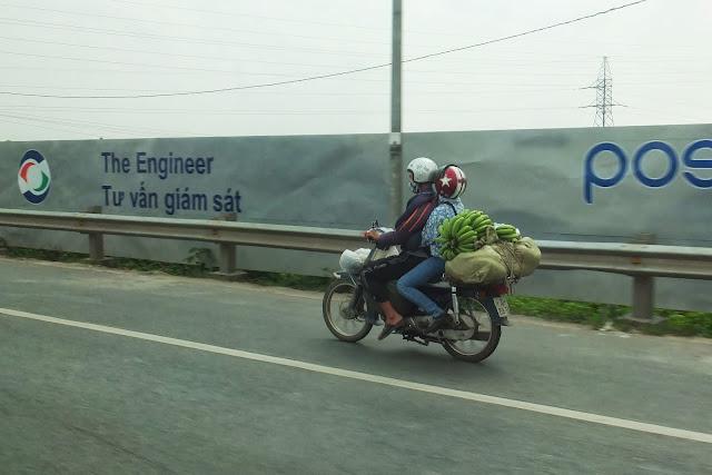 motor-bicycle-withbanana-vietnam バナナと原付