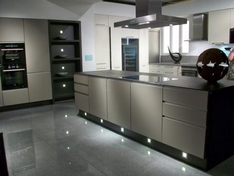 Fotos de cocinas modernas colores en casa for Cocinas modernas con isla central y desayunador