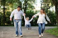 Futura mamá. Embarazada. Familia jugando. Hermanito y mamá embarazada. Fotografía de exteriores realizada en Roldán por Cristian Moriñigo