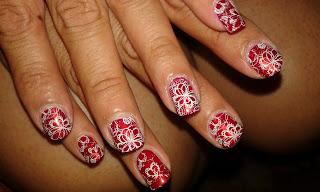 manicura roja con encaje