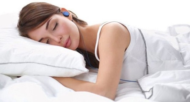 Bahayanya Dengar Lagu Pakai Earphone atau Earbud Saat Tidur