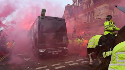 Bus Yang Ditumpangi Para Pemain, Pelatih, Dan Staff City Dilempari Oleh Suporter Liverpool - M