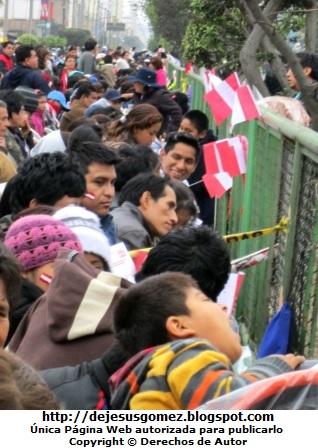 Foto de peruanos con la bandera de Perú hasta en la cara esperando el Desfile Gran Parada Militar Peru por Jesus Gomez