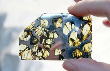 meteorito tipo palasito con cristales de olivino extraterrestre