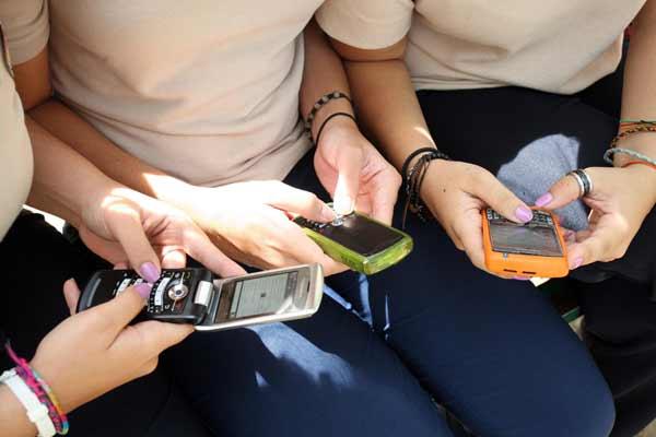 En los salones de clases, los estudiantes unen la viveza criolla a las nuevas tecnologías para hacer trampa en las evaluaciones. Con la ayuda del Blackberry, los jóvenes han desarrollado múltiples formas de copiarse: pueden fotografiar las preguntas y enviarlas a compañeros apostados a las afueras del salón que fungen como sus asesores, tienen las guías de estudio guardadas en sus correos electrónicos o en el bloc de notas del teléfono, se comunican entre ellos a través del pin u otro chat para intercambiar respuestas y crean versiones digitales de las «chuletas» tradicionales. Por eso, los profesores han debido desarrollar