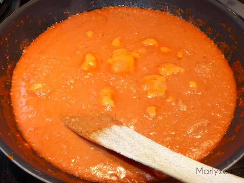 Laissez cuire jusqu'à obtention d'une sauce crémeuse.