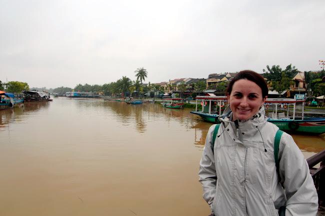 Lena frente al río en Hoi An