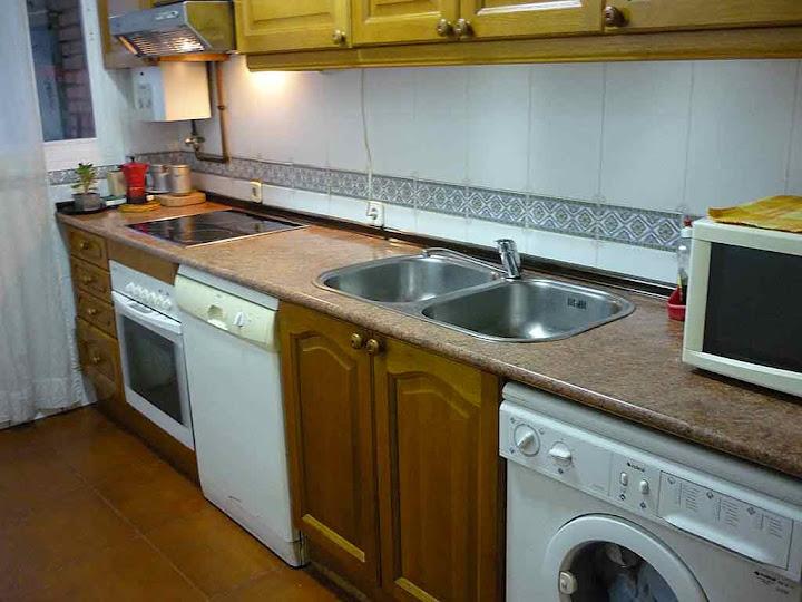 Gran cocina totalmente equipada con horno, lavavajillas, microondas, lavadora y nevera-congelador, muy cómoda. Alquiler habitación en Parque de Lisboa. Alcorcón (Madrid)
