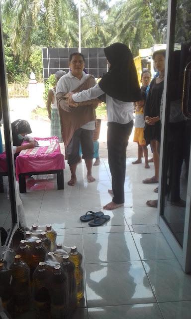 Warga antusias mendatangi lokasi pasar murah yang digelar Pemkab Ahagan.