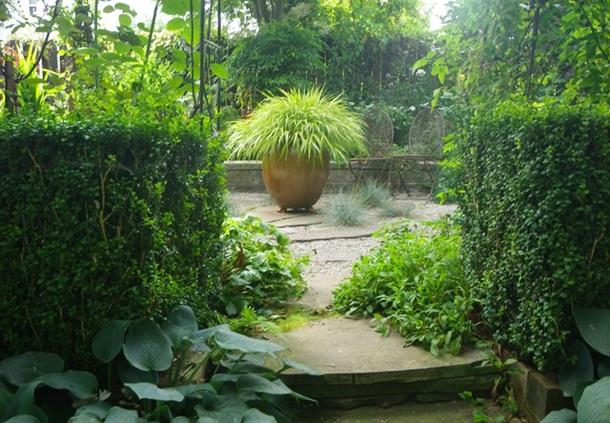 Живая изгородь вокруг площадки делает её уютнее