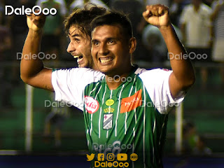Yendrick Ruiz y José Alfredo Castillo celebran uno de los goles convertidos en el cotejo entre Oriente Petrolero y San José - DaleOoo