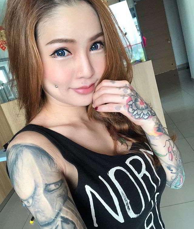 Kinki Ryusaki posando con sus tatuajes