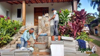 Bizzarri, da Bizzarri Pedras, trabalhando no revestimento de pedra com pedra madeira nas jardineiras de pedra junto onde vamos executar a escada de pedra com pedra São Tomé em residência em condomínio em Vinhedo-SP. Junho de 2016.