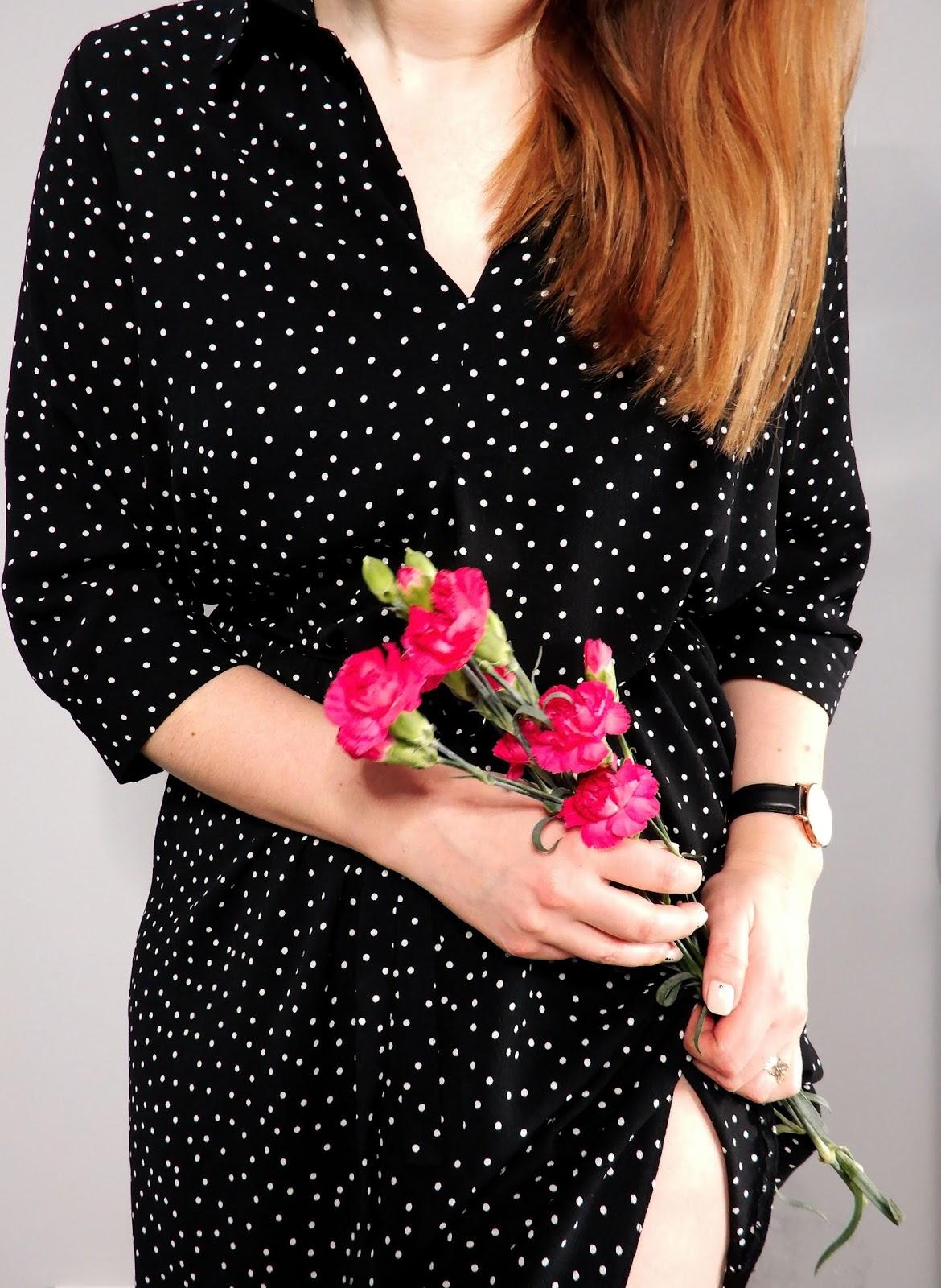 dzień kobiet 8 marca, blogerska akcja na dzień kobiet, życzenia na dzień kobiet, moja wizja kobiecości, kobiecość, sukienka w grochy, różowe goździki,dotsnails, paznokcie w kropki,