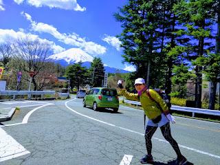 富士山をバックにリタイヤした私の記念写真