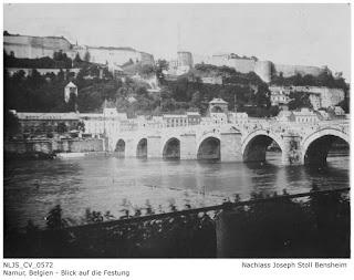 Blick auf die Festung Namur von der Maas aus gesehen. Dieses Motiv verwendete Joseph Stoll auch in seiner gestalteten Postkarte; Nachlass Joseph Stoll Bensheim, Stoll-Berberich 2016