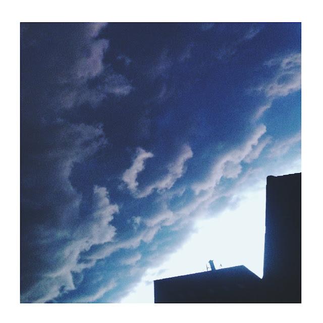 Prichádzajú mraky nad Hlavnou ulicou v Trnave.