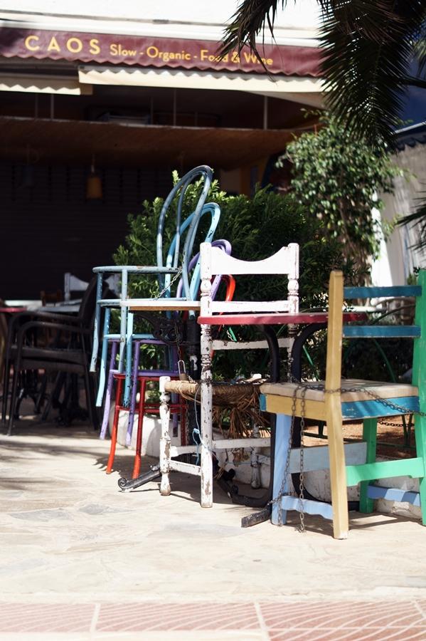 Blog + Fotografie by it's me! - Reisen - La Isla Blanca Ibiza, Santa Eularia - Stapel von bunten Holzstühlen