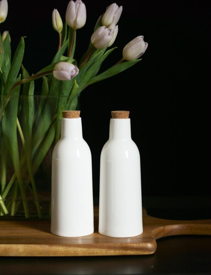 Blog + Fotografie by it's me fim.works - weißeTulpen mit lilafarbenen Spitzen, weiße Keramikflaschen