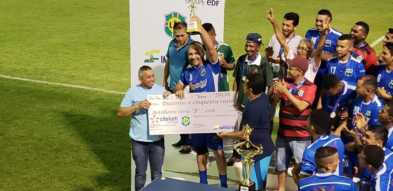 Jogadores do Asken recebem a premiação pela conquista da Série B. (Foto   Divulgação) ce890ef9a66e9