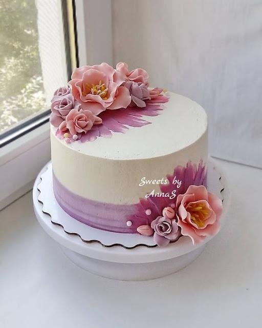 bánh sinh nhật với họa tiết hoa đơn giản