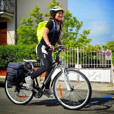 a customer enjoy cycling in Italy with Veloce bike rental