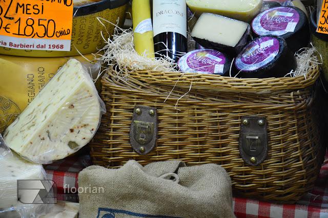 Pyszne jedzenie w Bolonii. Parmigiano Reggiano, ocet balsamiczny, Prosciutto, mortadela