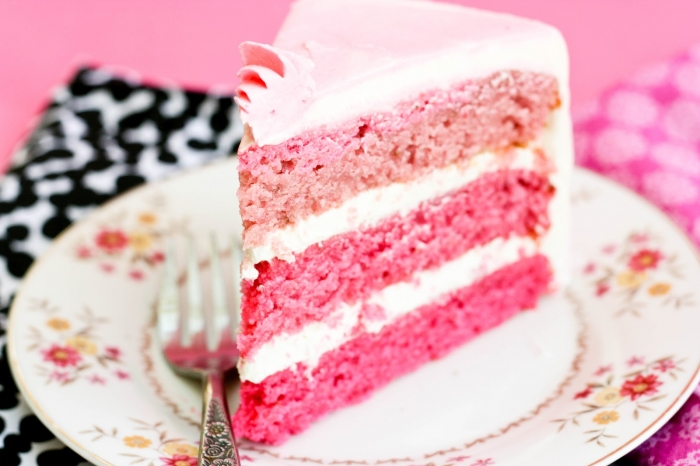 Фото розовый клубничный торт