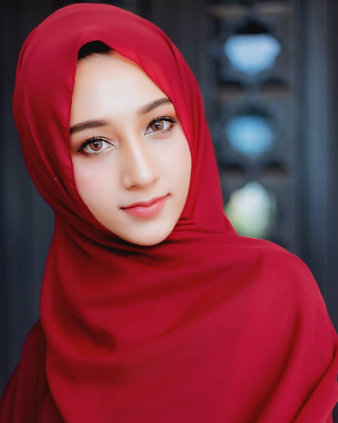 Tiny muslim woman saree