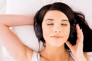 девушка в наушниках музыка мелодия терапия