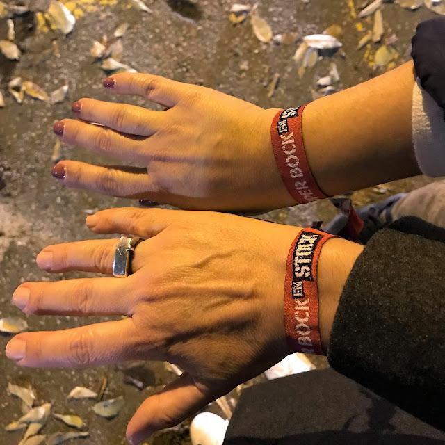 As miúdas no Festival Super Bock em Stock pulseiras