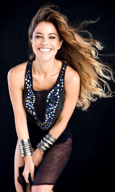 Foto de Debi Nova con cabello suelto
