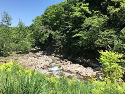 八丁の湯の前を流れる川