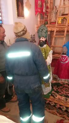 Die Heiligenfiguren werden nach dem Patronatsfest wieder auf ihren angestammten Platz auf dem Hochaltar gebracht.