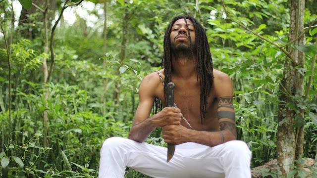 Na perspectiva de MC, de parte integrante da cultura Hip Hop, o que se espera é que mesmo tendo toda sua gama de liberdade individual, este artista esteja inclinado as matrizes do movimento no que dizem respeito ao combate as desigualdades e principalmente o racismo