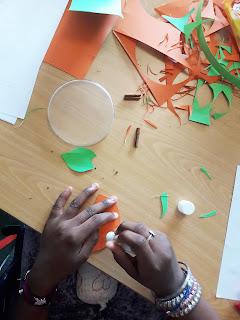 Pormenor das mãos de uma aluna de Alcoitão a elaborar trabalhos de corte e colagem para o Halloween