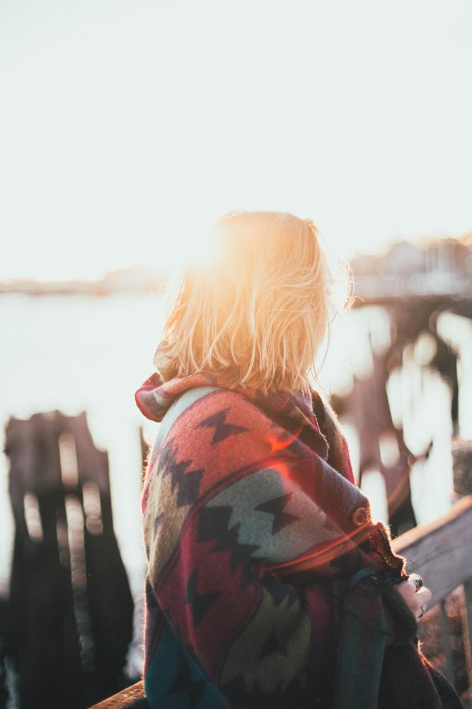 Dziewczyna w swetrze